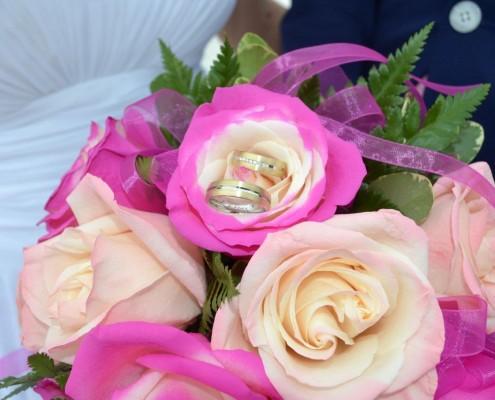 Trauringe in Blumenstrauß