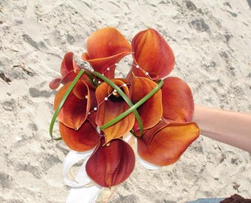 Brautstrauß rot am Strand