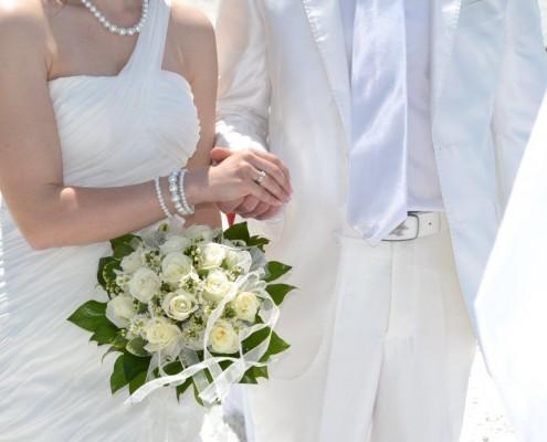 Brautstrauß und Ehepaar