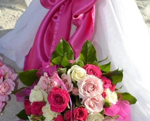 Brautstrauß aus Rosen am Strand