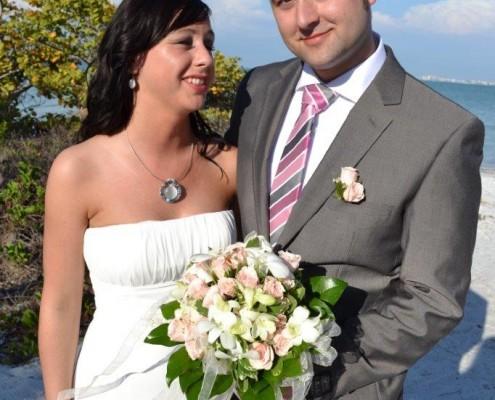 Paar mit Brautstrauß bei Strandhochzeit