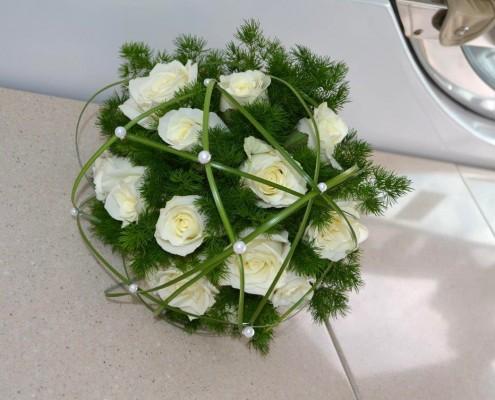 Brautstrauß aus weißen Rosen und Grün