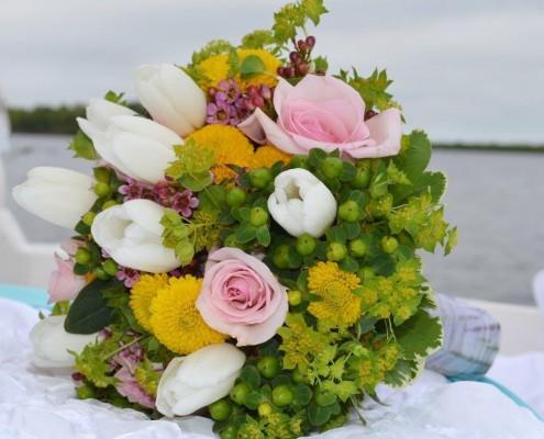 Brautstrauß aus verschiedenen Blumen