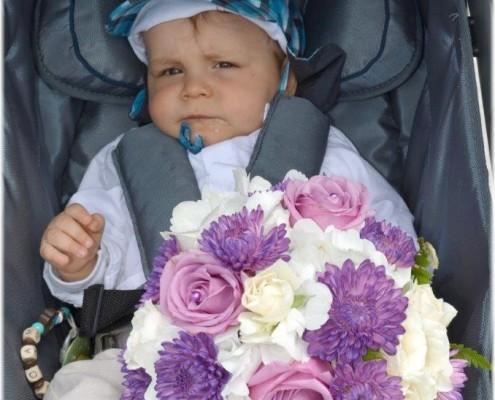 Baby mit Brautstrauß