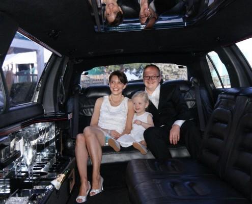 Brautpaar mit Kind im Auto