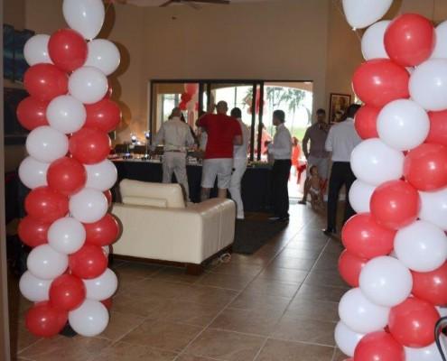 Eingang mit Luftballons