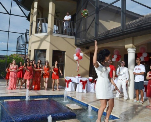 Brautstrauß werfen am Pool