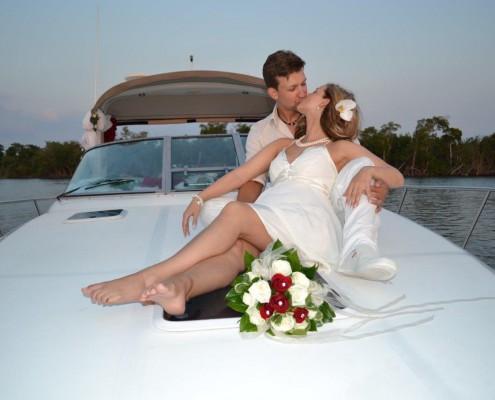 Brautpaar auf einer Yacht