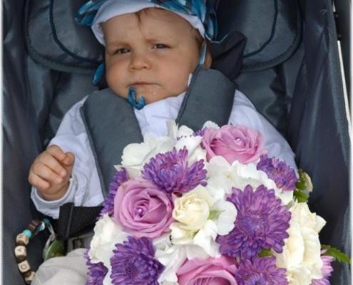 Kind mit Hochzeitsstrauß