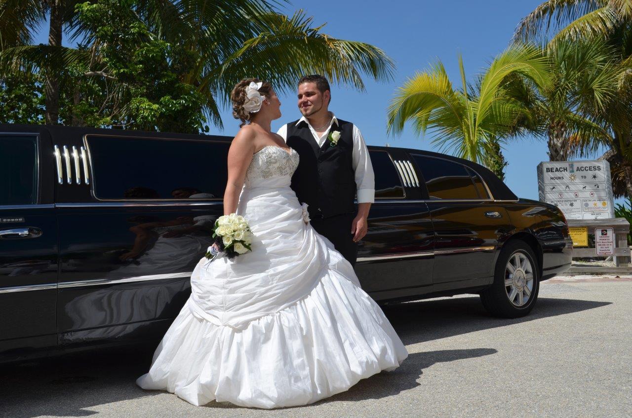 Brautpaar vor Limousine Florida