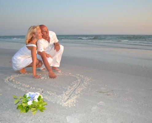 Herz gezeichnet im Strand