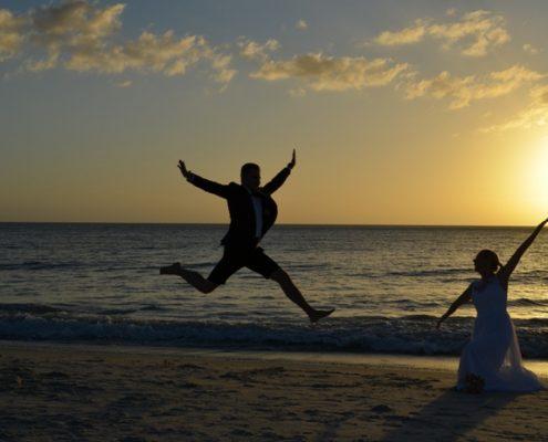 Strandhochzeit bei Sonnenuntergang