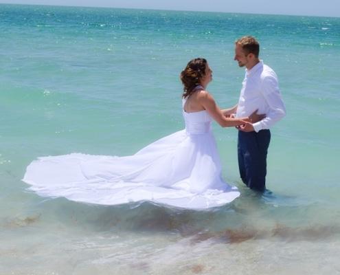 mit Brautkleid ins Wasser