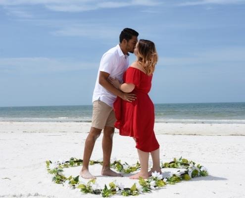 Strand-Hochzeitspaar-mit-Herzenblaetter